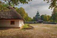 Casa vieja de los campesinos e iglesia en el museo de Pirogovo foto de archivo