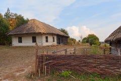 Casa vieja de los campesinos y de la cerca en el museo de Pirogov imagen de archivo libre de regalías