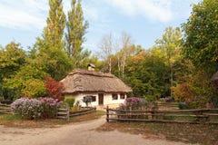 Casa vieja de los campesinos y de la cerca en el museo de Pirogovo fotografía de archivo libre de regalías