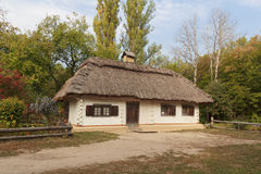 Casa vieja de los campesinos y de la cerca ucrania fotografía de archivo libre de regalías