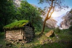 Casa vieja de madera del tejado típico de la hierba del noruego en panorama del glaciar Imagen de archivo