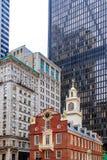 Casa vieja del estado entre edificios modernos en Boston, mA, los E.E.U.U. fotos de archivo