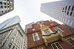 Casa vieja del estado junto a nuevos edificios en Boston Fotos de archivo