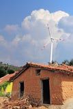 Casa vieja del fango en la India rural con el molino de viento Imágenes de archivo libres de regalías