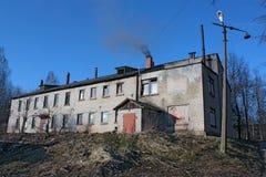 Casa vieja del ladrillo con una chimenea que fuma Fotos de archivo libres de regalías