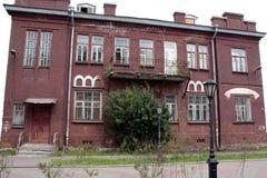 Casa vieja del ladrillo rojo con el balcón Imagen de archivo libre de regalías