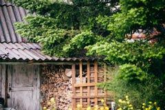 Casa vieja del ` s del cazador del bosque con madera cosechada Imágenes de archivo libres de regalías