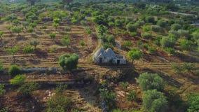 Casa vieja del whitr del trulli de Trullo en el campo en vuelo del abejón 4k de Italia almacen de metraje de vídeo