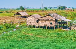 Casa vieja del zanco en el agua, región de Bago, Myanmar Fotografía de archivo libre de regalías