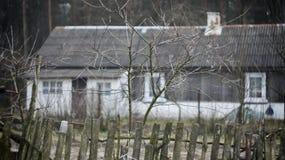 Casa vieja detrás de una cerca Fotos de archivo