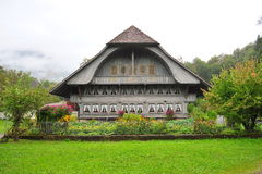 Casa vieja en Ballenberg, un museo al aire libre suizo de la granja en Brienz Imagen de archivo libre de regalías