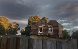 Casa vieja en clima tempestuoso Imagen de archivo