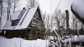 Casa vieja en el invierno almacen de metraje de vídeo