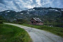 Casa vieja en el lago en el valle Fotos de archivo