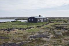 Casa vieja en el medio de un campo de lava Imagen de archivo libre de regalías