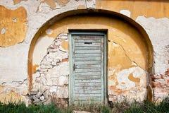 Casa vieja en el yeso pelado Fotos de archivo libres de regalías