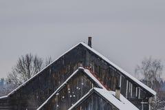 Casa vieja en la nieve Imagenes de archivo