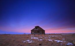Casa vieja en la puesta del sol Fotografía de archivo