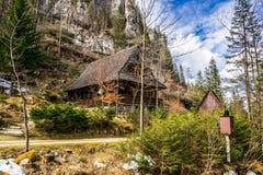 Casa vieja en las montañas Fotos de archivo