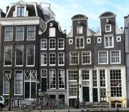 Casa vieja en los canales en Amsterdam Imagen de archivo libre de regalías