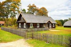 Casa vieja en otoño Foto de archivo