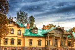 Casa vieja en parque del otoño imagen de archivo