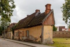 Casa vieja en Talsi, Letonia, opinión de la calle Foto de archivo