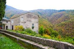 Casa vieja en un ajuste/una Italia del otoño fotografía de archivo