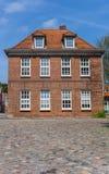 Casa vieja en una calle cobblestoned en Aurich Imagenes de archivo