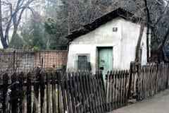 Casa vieja enjaulada fotografía de archivo