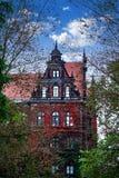Casa vieja espeluznante contra el cielo azul foto de archivo libre de regalías