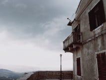Casa vieja grande en el acantilado Fotografía de archivo