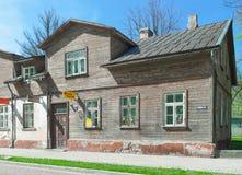 Casa vieja hecha de la madera en Ventspils Imagenes de archivo