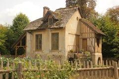 Casa vieja hermosa con la cerca imágenes de archivo libres de regalías
