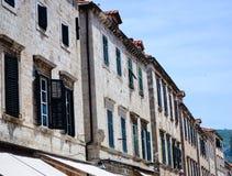 Casa vieja hermosa en la calle que camina principal en la ciudad vieja de Dubrovnik Foto de archivo
