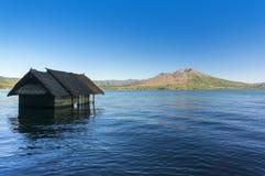 Casa vieja hundida en el lago del batur Imagen de archivo