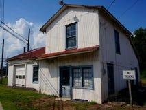 Casa vieja por las pistas Fotos de archivo libres de regalías