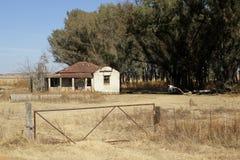 Casa vieja resistida de la granja Imágenes de archivo libres de regalías
