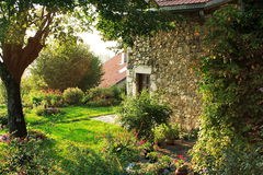 Casa vieja y jardín francés imagenes de archivo