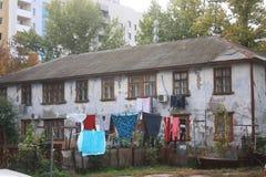 Casa vieja y nuevo edificio Imagen de archivo libre de regalías