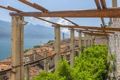 Casa vieja y opinión del limón sobre el sul Garda, lago Garda, Italia de Limone fotos de archivo