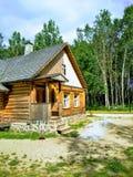 Casa, vila, céu e floresta de madeira imagens de stock