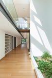 Casa, visión desde la entrada Fotografía de archivo libre de regalías