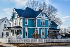 Casa vitoriano de turquesa azul - Decorah, Iowa fotografia de stock royalty free
