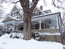 Casa vitoriano no inverno imagens de stock