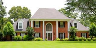 Casa vitoriano suburbana bonita do estilo fotografia de stock royalty free