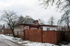 Casa vivente di colore di Brown grande vecchia sulla via Fotografie Stock
