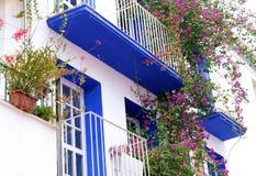 Casa whitewashed da Andaluzia Espanha típica com balcão e flores foto de stock