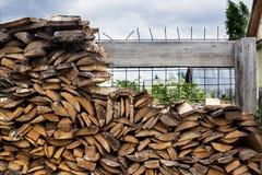 Casa, woodpile, madera del fuego, almacenamiento Imágenes de archivo libres de regalías