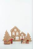 Casa y árbol de la cartulina en un fondo blanco Foto de archivo